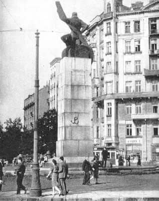 KOtwica na cokole Pomnika Lotnika