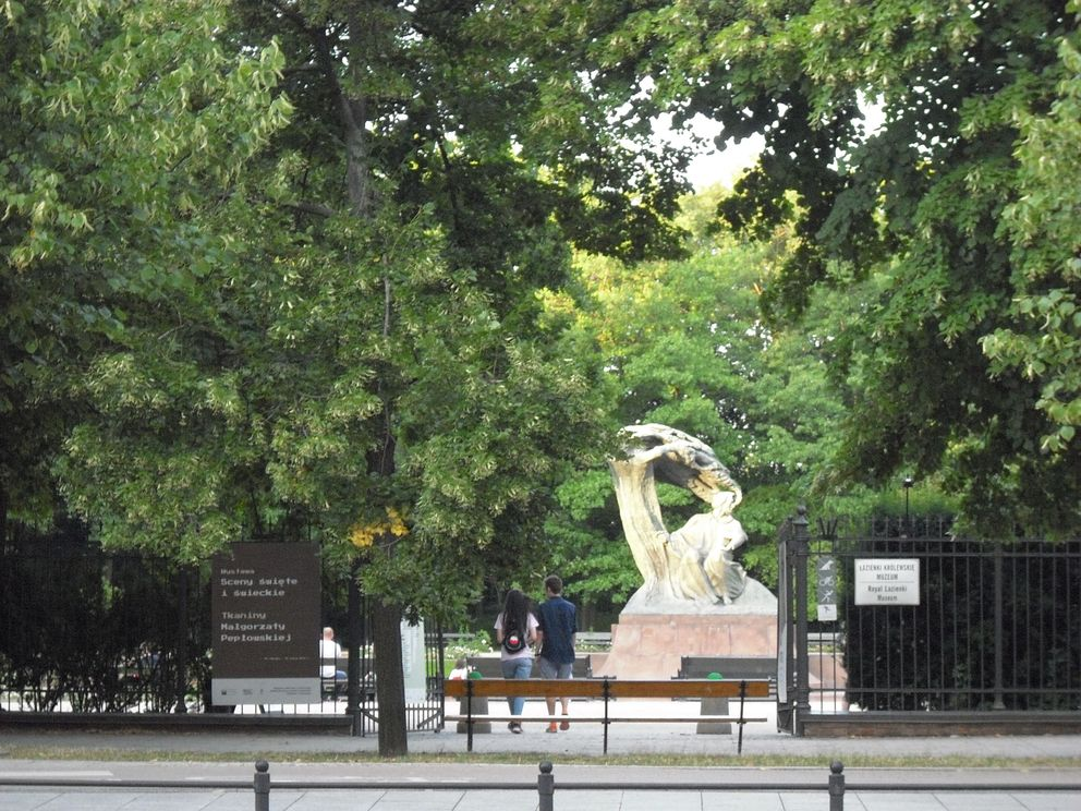 Brama Łazienek Królewskich przy Pomniku Chopina