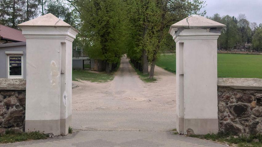 Brama za kościołem w Sokółce